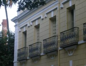 Fachada da Casa de Vila Isabel e detalhe da torre da antiga fábrica com a inscrição CCI (Companhia Confiança Industrial) 1894.